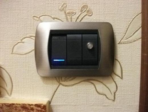 На фото представлен датчик движения для включения света