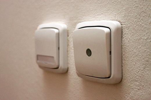 На снимке представлены датчики движения для света в подъезде