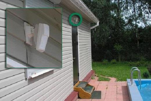 Датчик движения, установленный над входной дверью, на снимке