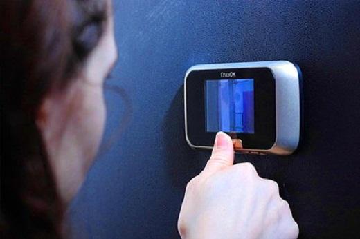 Пример дверного видеоглазка на фото
