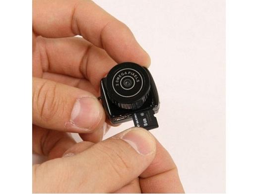 На снимке представлена мини камера, предназначенная для оборудования скрытого видеонаблюдения