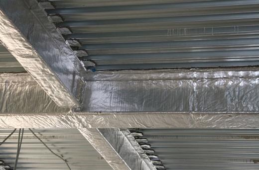 Теплоизолирующий слой на поверхности металлических конструкций, на фото