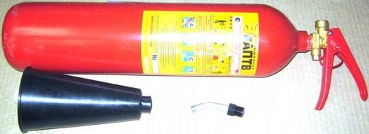 Как видно на фото, на корпусе углекислотного огнетушителя имеется этикетка со всей необходимой информацией по эксплуатации данной модели огнетушителя