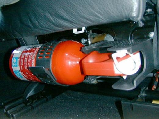 На фото автомобильный огнетушитель