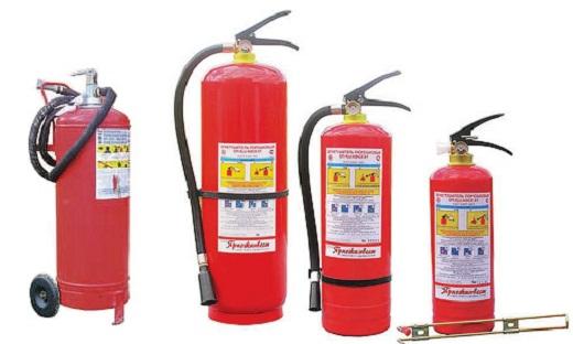 На снимке различные виды огнетушителей