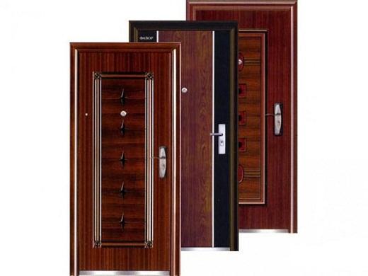 На фото представлены деревянные входные уличные утепленные двери