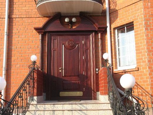 На изображении представлены входные уличные двери для загородного дома