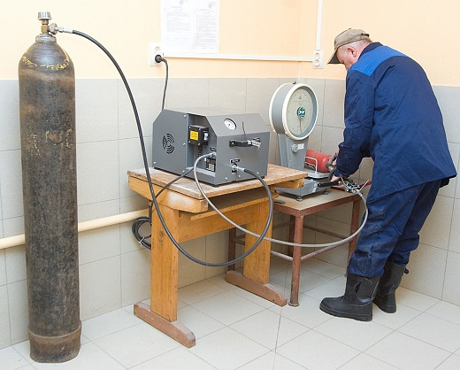 На фото перезарядка огнекислотного онетушителя