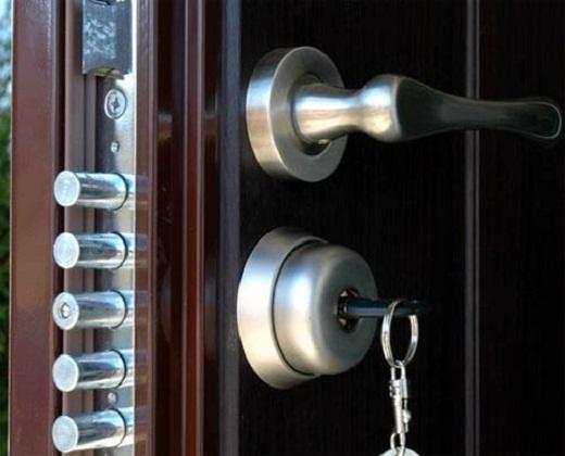 Установка замков в металлические двери является достаточно кропотливым процессом