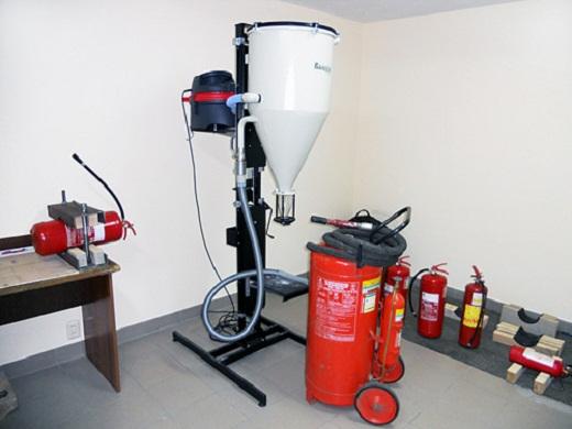 На снимке устройство для перезаправки огнетушителей