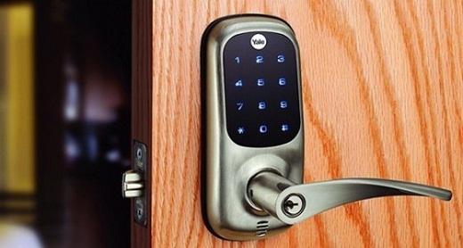 Кодовый замок электронного типа, установленный на офисной двери, изображен на снимке