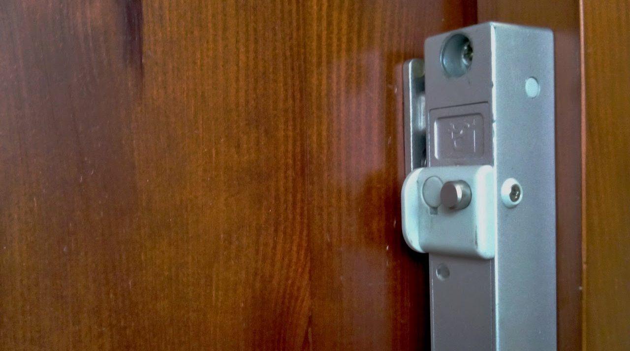 замок невидимка на входную дверь